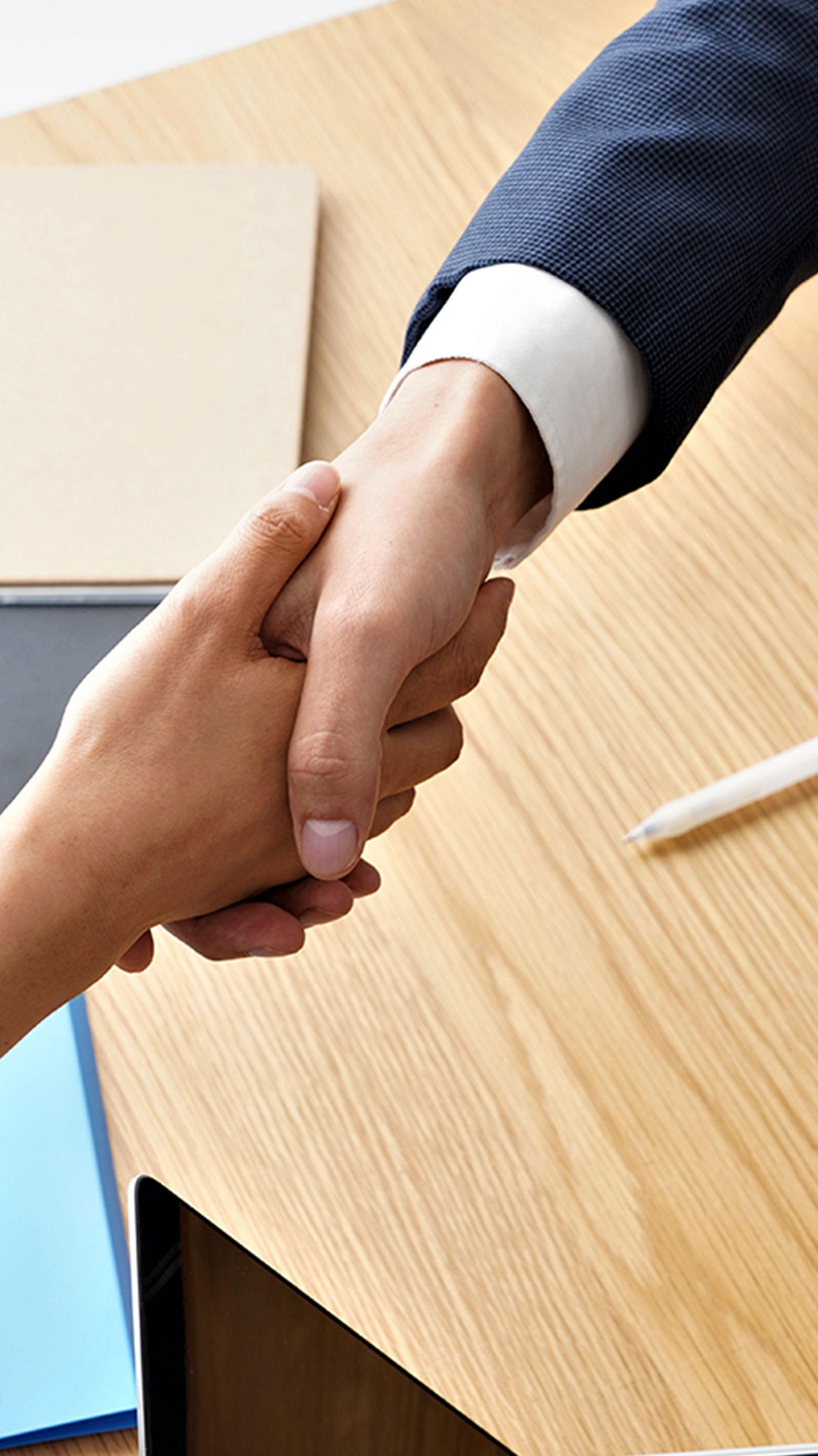 打ち合わせ握手をするイメージ